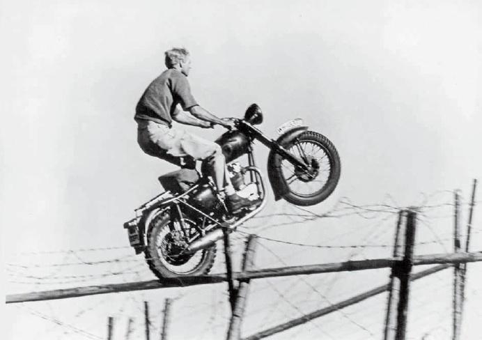 Image for Überheld Steve McQueen stond erom bekend al zijn stunts zelf uit te voeren. De - eh - Tom Cruise van zijn tijd, zeg maar. Al werd net de meest legendarische stunt uit z'n filmcarrière door iemand anders uitgevoerd: de sprong over het hek in 'The Great Escape'. Welke - inmiddels door Triumph passend geëerde stuntman - voerde die dan wel uit?