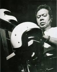 Image for Elke motorrijder kent het Japanse Arai wel. Toch was motorhelmen produceren niet de oorspronkelijke opzet van vader Yuichiro en zoon Hirotake Arai. Waarin was het familiebedrijf aanvankelijk wel gespecialiseerd?