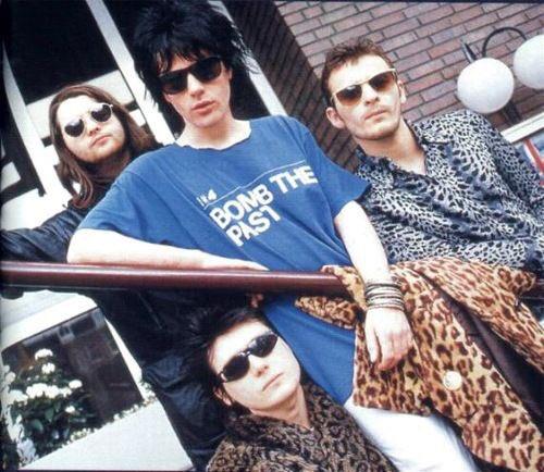 Image for Met 'Motorcycle Emptiness' scoorde de vierkoppige Welshe rockband Manic Street Preachers in 1992 een monsterhit. Lang heeft het kwartet er evenwel niet voltallig kunnen van genieten: in 1995 verdwijnt de gitarist en schrijver van die monsterhit op mysterieuze wijze - en wordt nooit teruggevonden. Wie zoeken we (en bij uitbreiding de hele wereld) tot op de dag van vandaag?